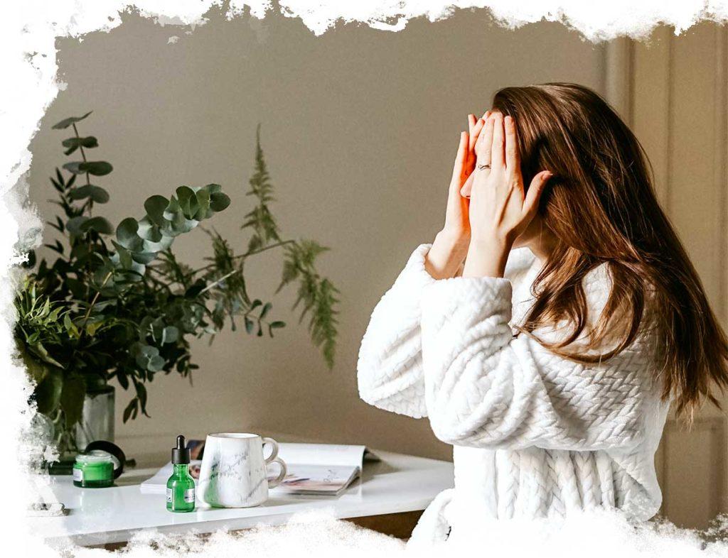 Photo d'une femme qui applique une huile sur son visage