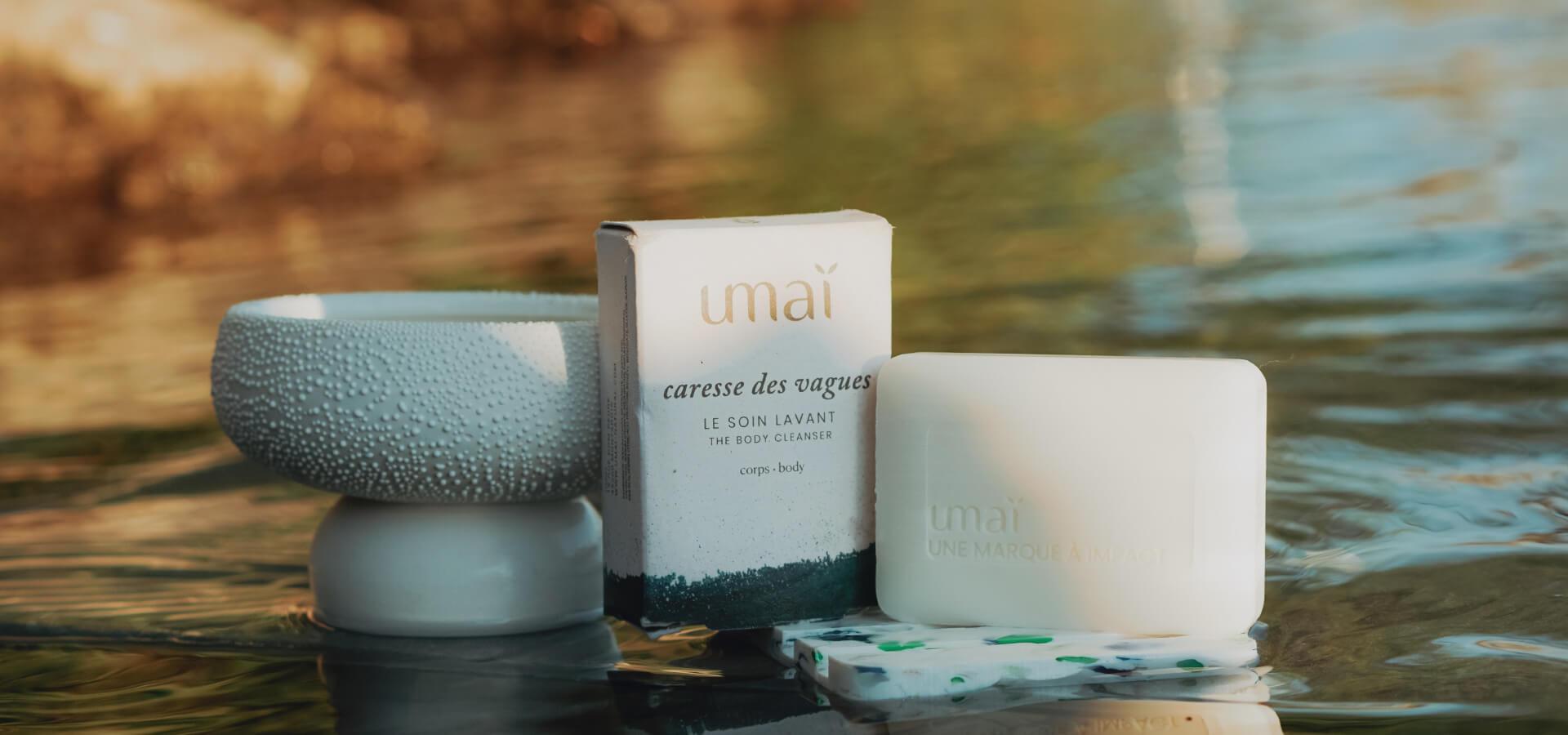 Photo d'un savon posé sur l'eau de la marque Umaï.